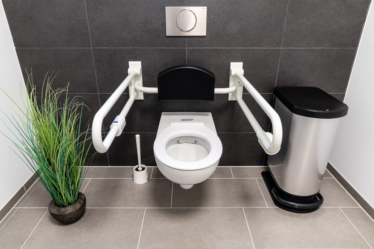 tagespflege-toilette-mit-stuetzgriffen
